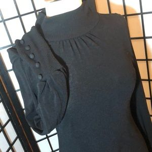 Black long sleeve shirt with cute button details.